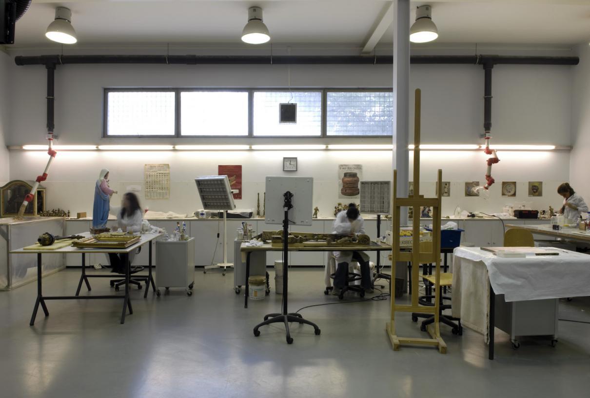 Centro de Restauro com Artistas a Trabalhar