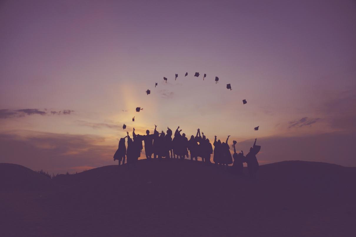 Diplomas Duplos e Conjuntos - alunos com chapéus de finalistas