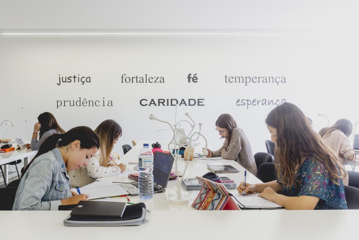 Sala de estudo UCP com valores escritos na parede